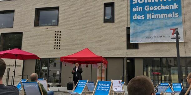 Der Wittenberger Superintendent Christian Beuchel sprach auf dem Schlossplatz über die kulturelle Errungenschaft des Sonntags. Foto: © Holger Lemme