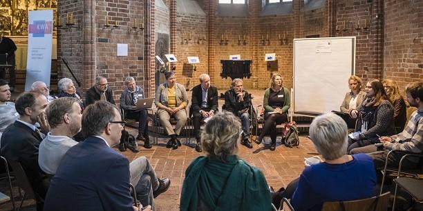 Rund 100 Gäste aus Kirche, Wissenschaft und Wirtschaft des gesamten Bundesgebiets diskutieren über die Herausforderungen des digitalen Wandels. Foto: © Felix Albertin Fotografie