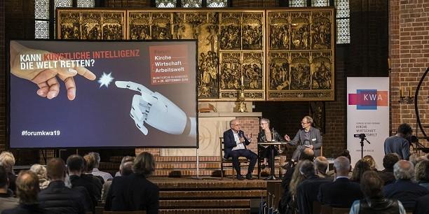 Befindet sich die Menschheit im Übergang zu einer von künstlicher Intelligenz dominierten Ära? Auf dem Podium diskutieren Horst Gorski (EKD) und Petra Bahr (Landeskirche Hannover). Foto: © Felix Albertin Fotografie