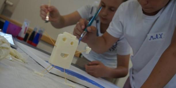 Mit Seifenschnitzerei und Acrylfarbe drückten die Schülerinnen und Schüler ihre Vorstellungen von Frieden in Farbe und Form aus. Foto: ©Annika Schreiter/EAT