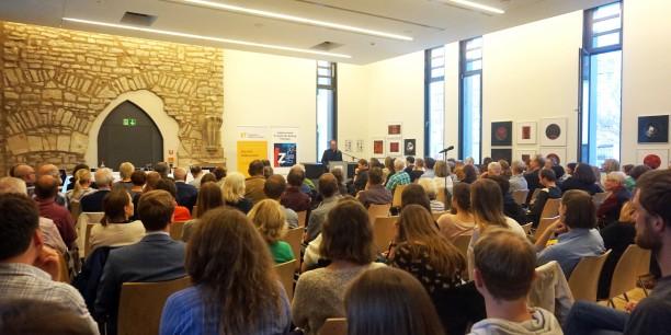 Der Raum war voll: Gut 110 Gäste kamen zum Augustinerdiskurs, der gemeinsam von der Thüringer Landeszentrale für Politische Bildung, dem Augustinerkloster zu Erfurt und der Evangelischen Akademie Thüringen veranstaltet wurde. Foto: © Leni Kästner/EAT