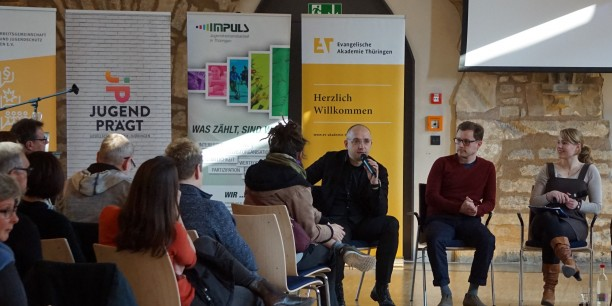 Pädagoginnen und Pädagogen aus Thüringen diskutierten die Ergebnisse der 18. Shell Jugendstudie, u.a. mit Dr. Axel Salheiser vom IDZ, Jena (Mitte). Foto: © EAT