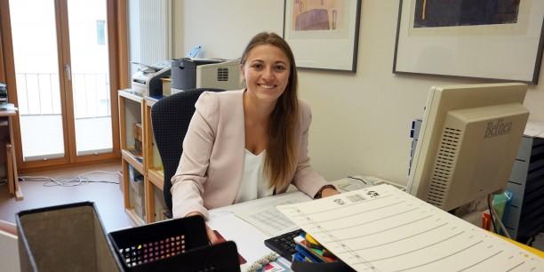 Carina Rüllich an ihrem neuen Arbeitsplatz. Am 1. September begann ihr FSJ Kultur in der Evangelischen Akademie Thüringen. Foto: ©Désirée Reuther
