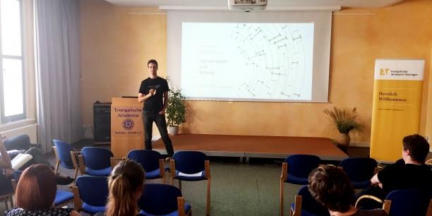Prof. Dr. Martin Geisler von der Ernst-Abbe-Hochschule Jena führte mit Impulsen zu digitalen Spielen und Bildung in die Tagung ein. Foto: ©Jan Grooten/EAT