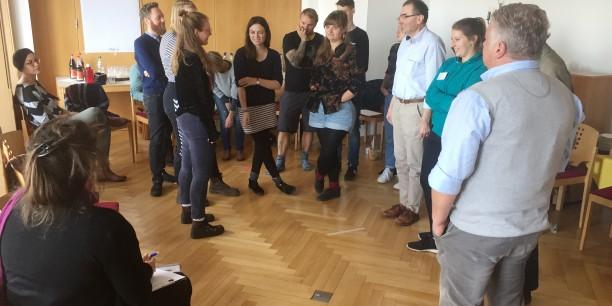 Gemeinsam erprobten die Teilnehmenden bestehende methodische Übungen gegen Antisemitismus, wie die Dilemma-Debatte. Foto: © EAT