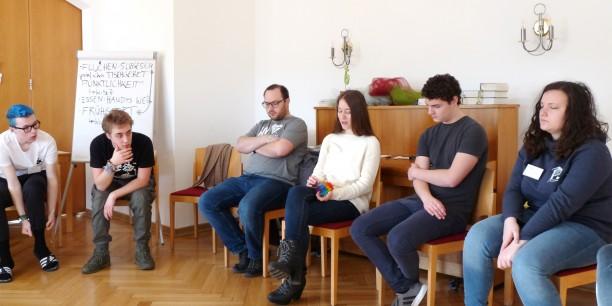 Im Gesprächskreis tauschten sich die Teilnehmenden des JPT zu politischen Themen aus, die sie aktuell bewegen ... Foto: © EAT