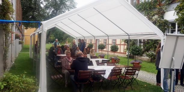 Die Mitarbeiter*innen im Garten des Zinzendorfhauses Neudietendorf. Foto: ©Carina Rüllich