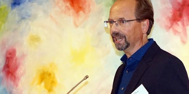 """Andreas Kuhn spricht über seine Bildzyklen """"Heaven at work"""" und """"Im Lichte der Unendlichkeit"""". Foto: ©Annekathrin Härter"""