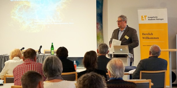 """Die Vernissage war gleichzeitig die Eröffnung zur Tagung """"Unendlichkeit"""" von Akademiedirektor Prof. Dr. Michael Haspel. Foto: ©Petra Dolny"""