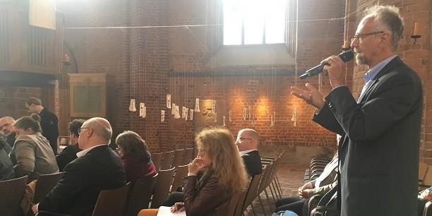 Auch wenn KI noch in den Kinderschuhen steckt: Über die möglichen Veränderungen von Gesellschaft und Kirche wird kritisch und konstruktiv debattiert. Foto: © Holger Lemme/EAT
