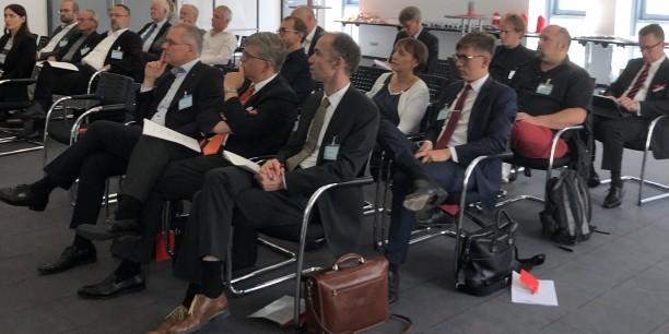 Rund 30 Mitglieder des AEU und Interessierte diskutierten in Gera über die Chancen und Nebenwirkungen für Unternehmen und Kirche, die der digitale Wandel mit sich bringt. Foto: © Katharina Trautmann