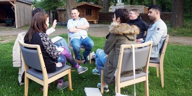 Wie können wir politische Bildung gemeinsam gestalten? - Im Garten des Zinzendorfhauses tauschten sich die Teilnehmenden des Vernetzungstreffens über diese Frage aus. Foto: ©Carlotta Hack/EAT
