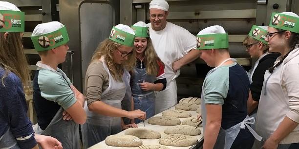 Bevor die Brote in den Ofen kommen, werden sie mit individuellen Zeichen markiert. © Foto: Holger Lemme/EAT.