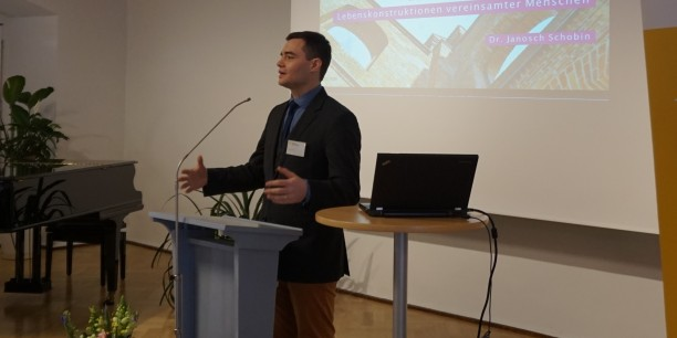 """Dr. Janosch Schobin referiert über """"Lebenskonstruktionen vereinsamter Menschen"""". Foto: © EAT"""