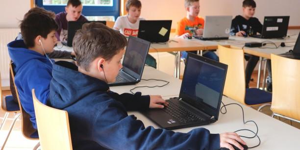 Ganz besonders freuten sich die Teilnehmenden, wenn es zum Minecraft spielen an die Laptops ging. Foto: ©Désirée Reuther/ EAT