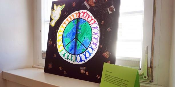 Anschließend hatten die Gäste Gelegenheit, die Arbeiten der Schulklasse und die Fotoausstellung zu erkunden. Foto: © Annekathrin Härter/ EAT