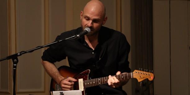 Christoph Bernewitz gestaltete den Abend musikalisch mit E-Gitarre und Songs zu Borchert-Texten. Foto: © Wuttke/EAT