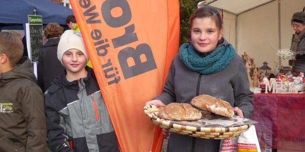 """Die Brote gingen weg wie """"warme Semmeln"""" - Verkauf der von den Konfis gebackenen Brote auf dem Adventsmarkt in Mupperg. Foto: (c) Christian Weigel."""