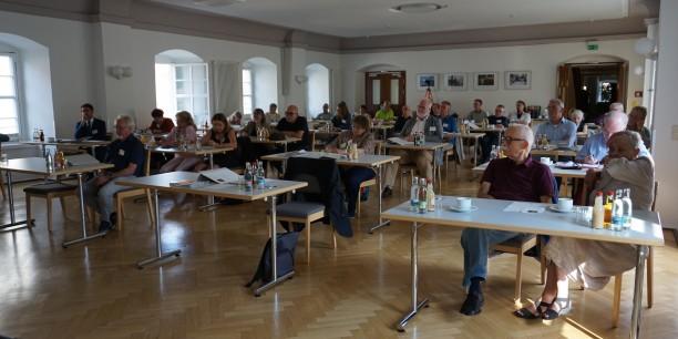 Der Chorsaal des Zinzendorfhauses war unter den derzeitigen Corona-Bedingungen maximal ausgelastet. Foto: © EAT