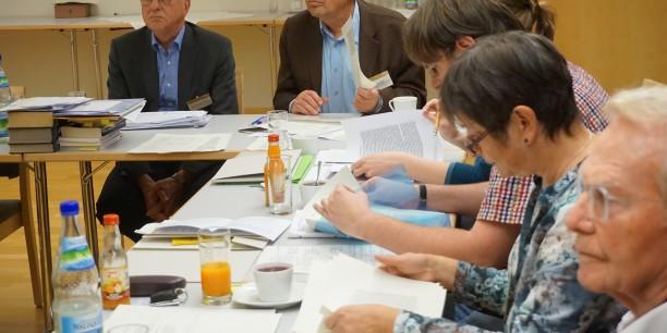 Die Seminarteilnehmenden waren nicht nur in die Texte, sondern auch in die vielen Diskussionen vertieft. © EAT, Foto: Sebastian Tischer