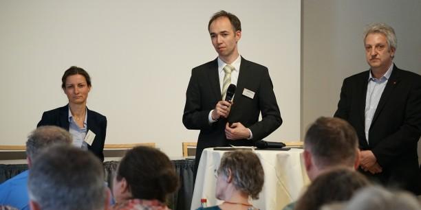 Dr. Karina Becker (l.) und Uwe Schütz (r.) stellen sich nach ihren Impulsvorträgen den Fragen der 70 Tagungsgäste. Foto: © Sebastian Tischer