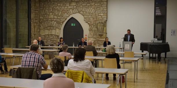 Franz-Josef Schlichting, Leiter der Landeszentrale für politische Bildung, eröffnete das Podiumsgespräch im Augustinerkloster Erfurt. Foto: © Wuttke/EAT