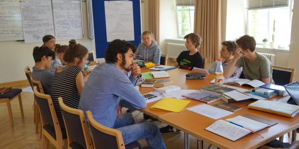 Auch in diesem Jahr arbeiten die Jugendlichen in Gruppen zusammen und finden so Lösungsansätze für ihre Fragen. Foto: ©Désirée Reuther