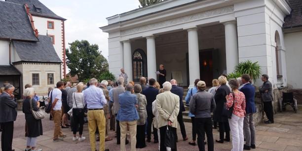 Die Besucherinnen und Besucher erhielten vor der Vorstellung eine kurze Einführung zum Stück. Foto: ©EAT