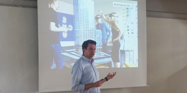 Robert Zepic von der Technischen Universität München eröffnete die Tagung mit einem Blick auf die Geschichte der wechselhaften Beziehung von Online-Medien und Demokratie. © Foto: Leni Kästner/EAT