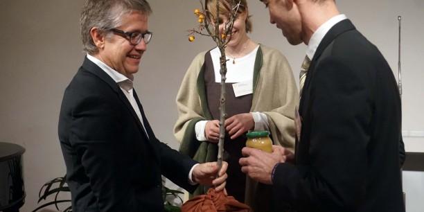 Ein Apfelbäumchen als Willkommensgeschenk zur Einführung überreichte das Team der Ev. Akademie Thüringen. Foto: © EAT