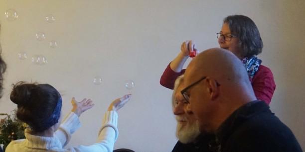Die Teilnehmenden konnten Methoden für Kinder zu Meister Eckhart selbst ausprobieren wie zum Beispiel eine Seifenblasen-Meditation. Foto: © EAT