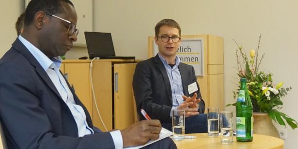 Erfahrungen zum Umgang mit Rechts/Populismus: Karamba Diaby und Sebastian Striegel im Gespräch. Foto: © EAT