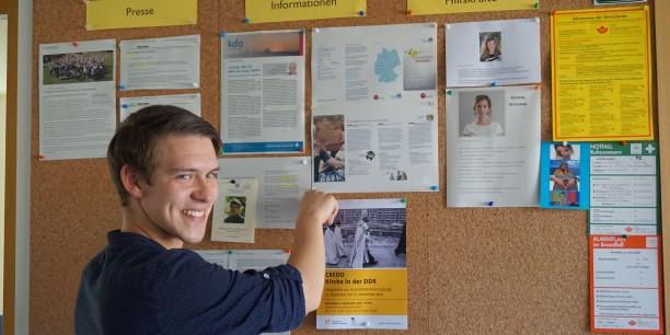 Julius Reich bestückte regelmäßig die Presse- und Infowand der EAT mit aktuellen Berichten aus den Printmedien. Foto: © EAT