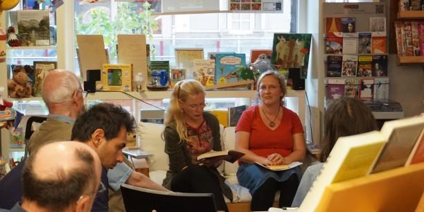 Christiane Mock (re) und Sabine Zubarik (li) lasen abwechselnd aus den vorgestellten Büchern ausgewählte Stellen vor. Foto: © EAT