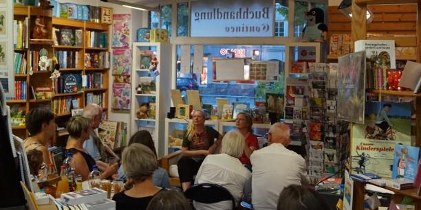 Die Wohnzimmeratmosphäre der gemütlichen Buchhandlung Contineo trug dazu bei, dass das Publikum sich rege am Gespräch beteiligte. Foto: © EAT
