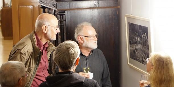 Harald Kirschner führte die Gäste durch die Ausstellung und beantwortete Fragen. Foto: © EAT