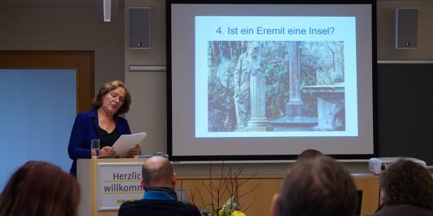 Dr. Ebba Hagenberg-Miliu stellte ihre Recherchen zu modernen Eremitinnen und Eremiten im deutschsprachigen Raum vor. Foto: © EAT