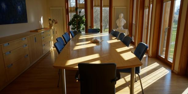 Der Besprechungsraum der EAT ist leer, die Arbeit geht im Home Office und durch digitale Vernetzung weiter. Foto: © EAT