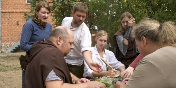 Schreiberin, Mönch, Händlerin, Holzfäller... - die Spielerinnen und Spieler schlüpften in selbstgewählte Figuren in der Geschichte und bestimmten deren Ausgang. Foto: ©EAT
