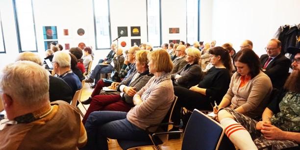Rund 50 Gäste beteiligten sich rege an der Diskussion mit den Podiumsgästen. Foto: © Sebastian Tischer