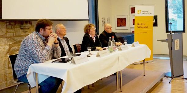 Daniel Herold, Loring Sittler und Dr. Jan Steinhaußen (v.l.n.r.) diskutierten im Erfurter Augustinerkloster über die Rentenversicherung, moderiert von Gerlinde Sommer (2. v.r.). Foto: © Sebastian Tischer