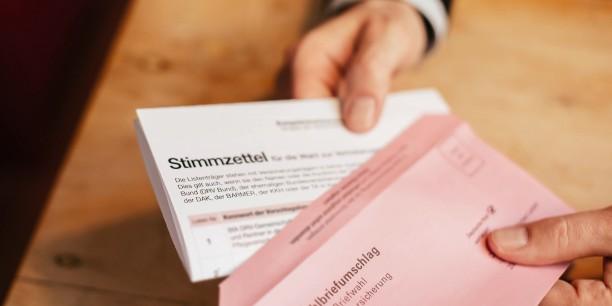 Am 31. Mai muss der rote Umschlag mit dem angekreuzten Stimmzettel wieder bei dem jeweiligen Sozialversicherungsträger eingehen. Foto: ©Infobüro Sozialwahl
