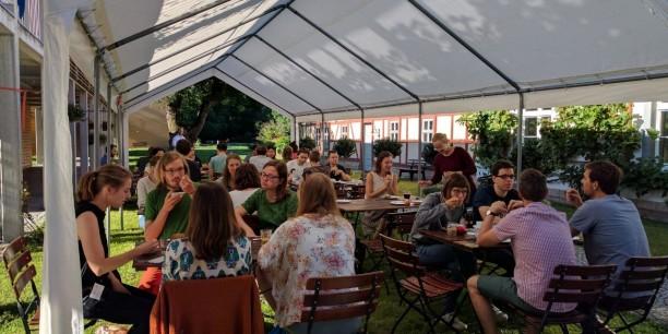 """Neunzig internationale Gäste zwischen 20 und 60 Jahren sind für die """"Sommerakademie für Plurale Ökonomik"""" nach Neudietendorf gekommen. © Gustav Theile"""