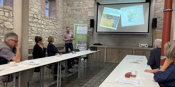 Bernhard Köhler berichtet beim Regionaltreffen der Initiative Wirtschaft e.V. über den Zustand des Waldes angesichts des Klimawandels. Foto: © Holger Lemme/EAT.