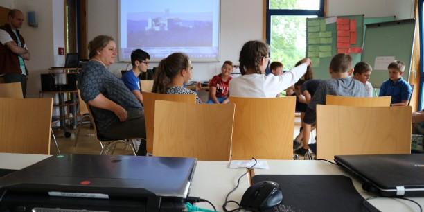 Schülerinnen und Schüler beim Minecraft-Workshop mit Kulturpädagogin Andrea Janssen und Studienleiter Jan Grooten. Foto: ©Désirée Frahnow