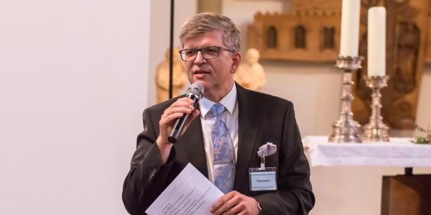 Jochen Trautmann begrüßte die Anwesenden im Namen der AEU-Regionalgruppe Mitteldeutschland, die zu dieser Veranstaltung eingeladen hatte.  Foto: ©Andreas Kinder