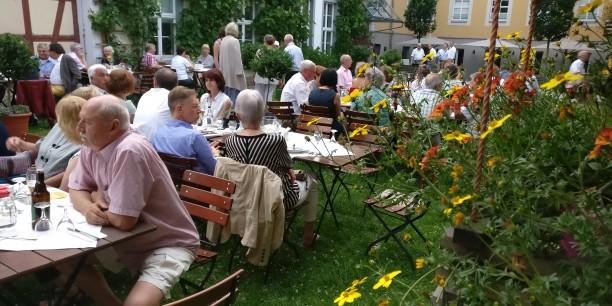 Im Garten des Zinzendorfhauses. Begegnungen zwischen alten und neuen Freunden bei angenehmer Musik und gutem Essen. Foto: © Annekathrin Härter
