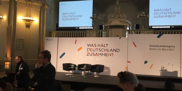 """Expertinnen und Experten waren in den Französischen Dom zu Berlin gekommen um gemeinsam der Frage """"Was hält die Demokratie in Deutschland zusammen?"""" nachzugehen. Foto: © Jan Grooten"""