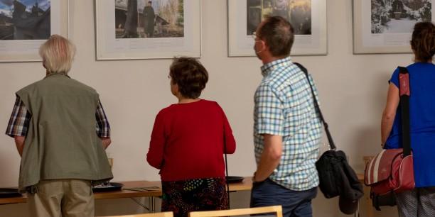 Nach der Lesung wurde die Ausstellung eröffnet, die bis Ende Oktober im Zinzendorfhaus besucht werden kann. Foto: © JM Mendizza