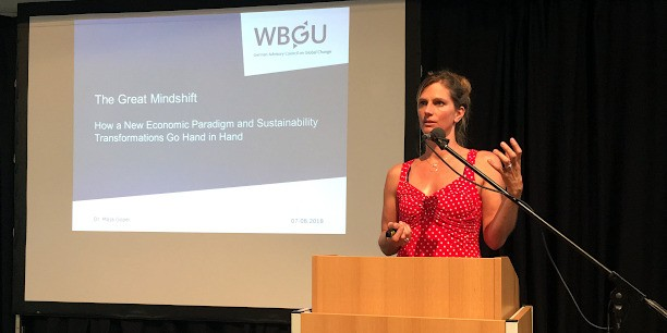 Dr. Maja Göpel (Club of Rome und Wissenschaftlicher Beirat der Bundesregierung Globale Umweltveränderungen) rief in ihrem Vortrag in Weimar dazu auf, die Standards zu verändern, um einen nachhaltigen Entwicklungspfad einzuschlagen. Foto: ©Holger Lemme/EAT